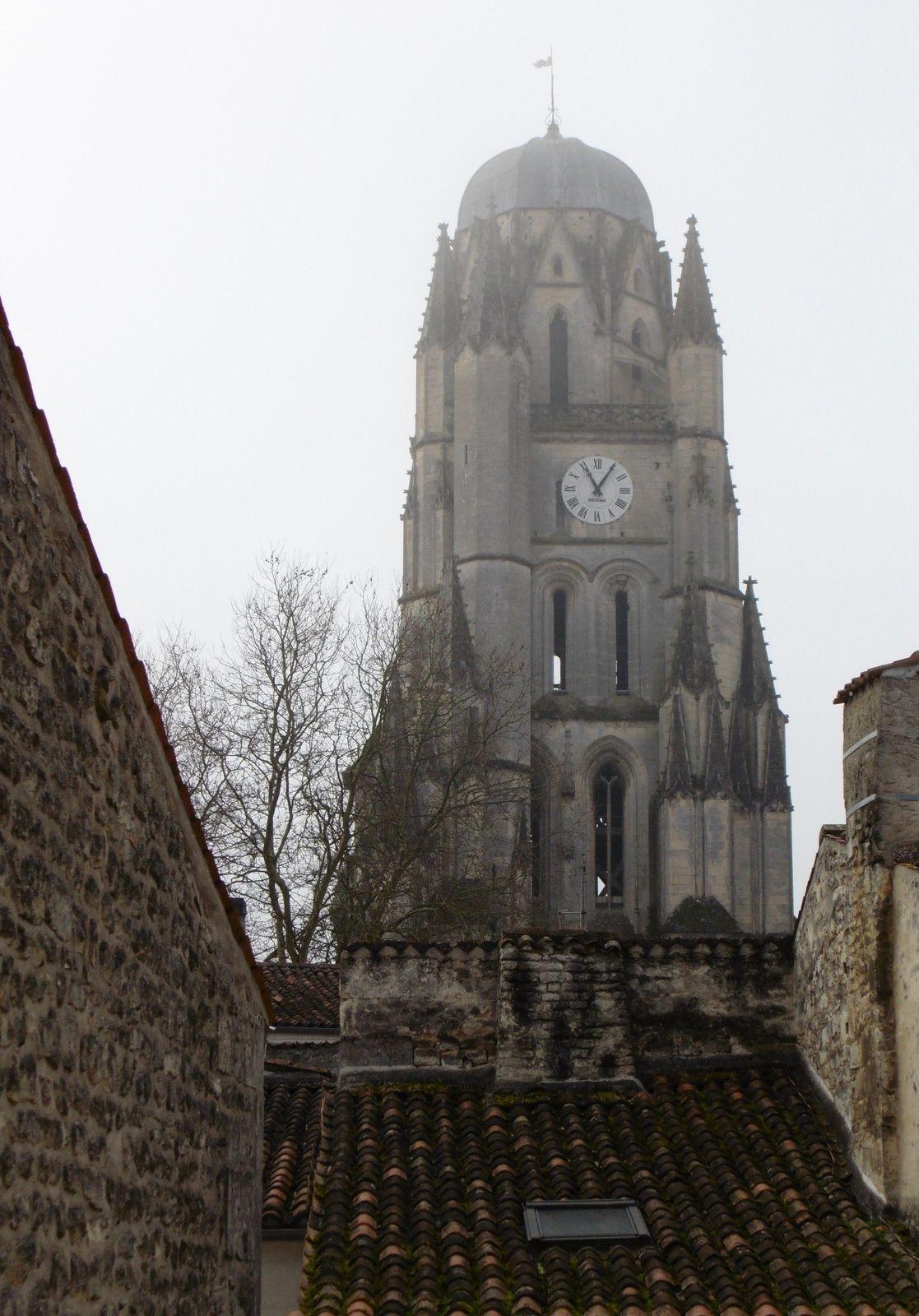 """Une matinée dans un immeuble et bientôt dans une cave mystérieuse d'où dit-on partirait un souterrain qui passerait sous la Charente... à suivre... Mais en attendant, des échos des.. """" Petites Reines """" du Bordeaux Saintes."""