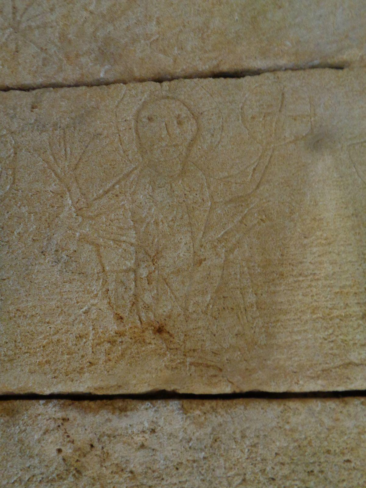 """Le guide nous a déclaré que les prisonniers, n'ayant aucun instrument sous la main..... auraient fait ces gravures avec leurs ongles, voir avec des dents humaines, en effet il leur arrivait de perdre leurs dents (En tant que spécialiste des graffiti, difficile de douter des déclarations des """" autres """" mais bien sûr il y a d'autres pistes.... Par contre pour la main, cela nous rappelle un peu la pratique des hommes de la préhistoire.  Mais les inscriptions lapidaires ce sont aussi les marques des tâcherons."""