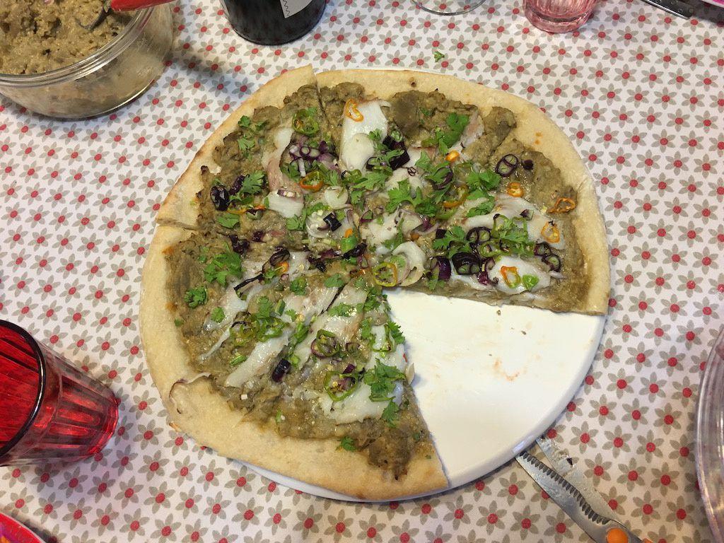 Pizza au caviar d'aubergine et au cabillaud fumé