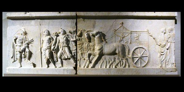 cette frise qui narre les victoires d'Auguste provient fort probablement des environs de Naples. Elle fut emmenée en Espagne au 16ème siècle pour finir, de nos jours à Budapest