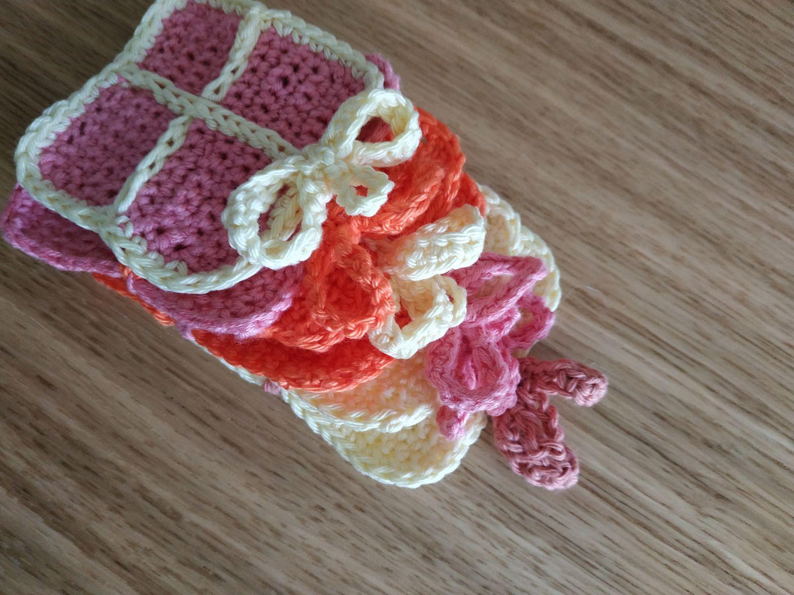 Mini paquets cadeaux au crochet (Préparons Noel)