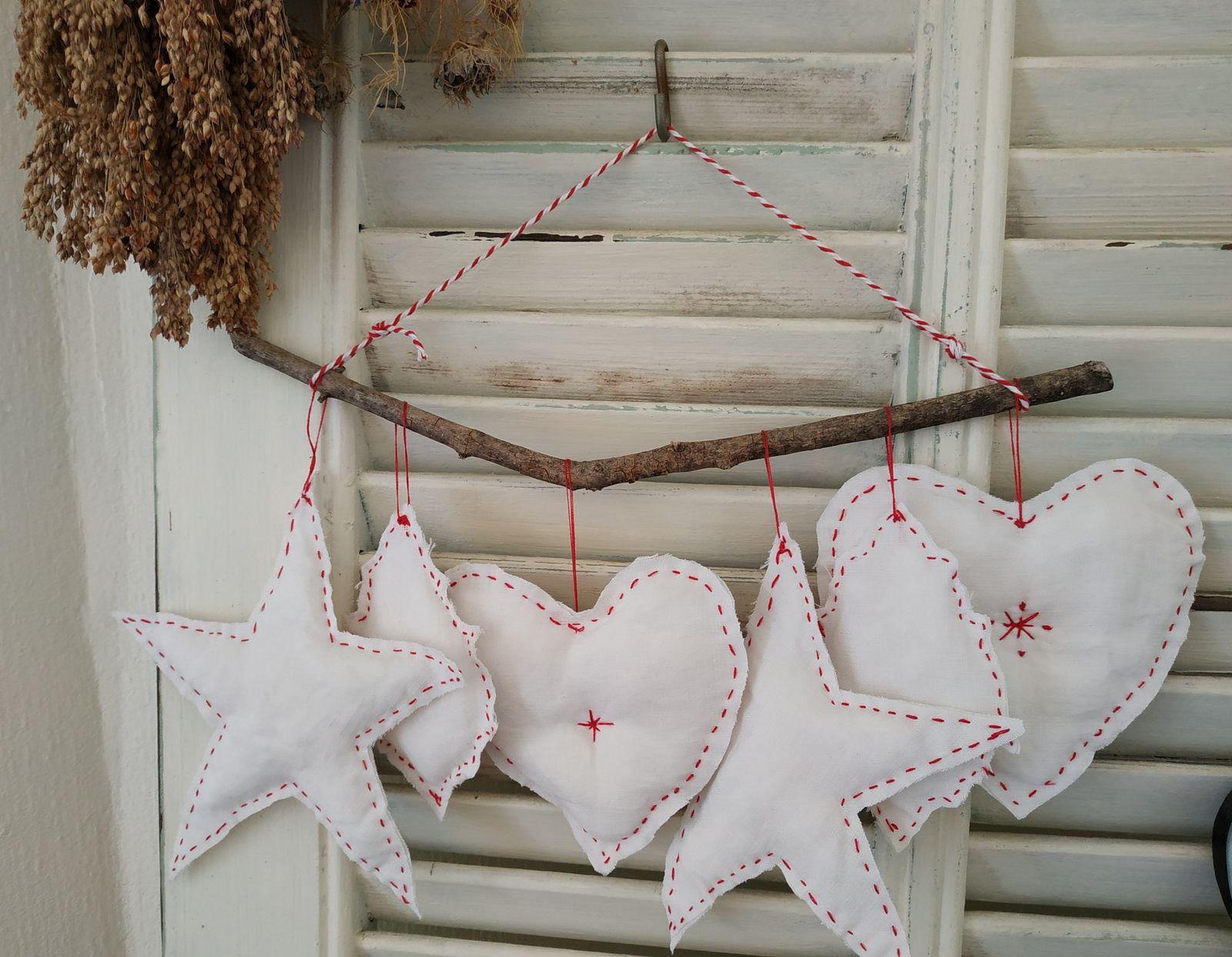 Guirlande blanche et broderie rouge (préparer Noël tout au long de l'année)