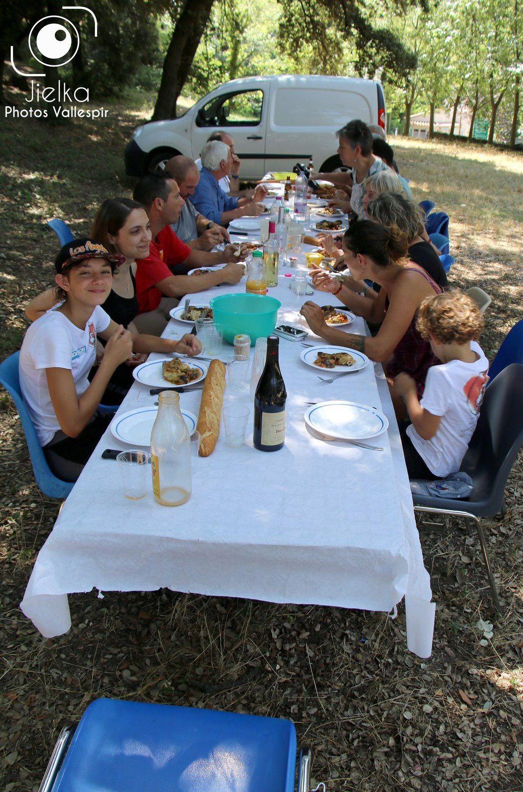 Lors du pique-nique organisé par les membres de la Cavallade de Céret.
