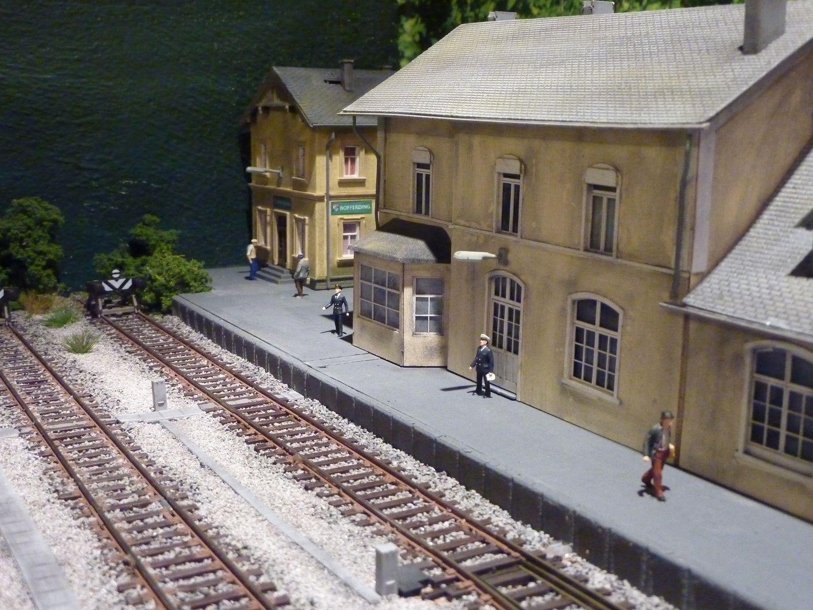 Le chef de gare vient de s'installer à la gare de Merville.