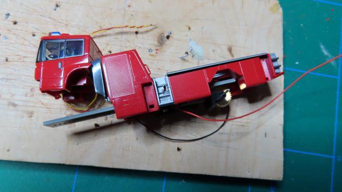 Camion pompier à échelle tournante (4)