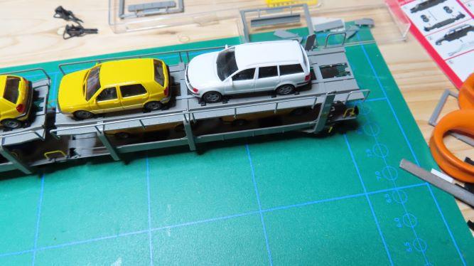 Un wagon porte-automobiles avec chargement