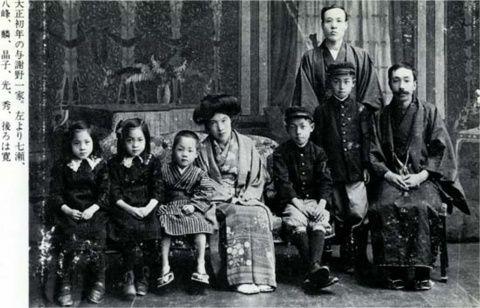 Le couple Yosano et leurs enfants en 1912 date à laquelle elle rejoint son mari à Paris