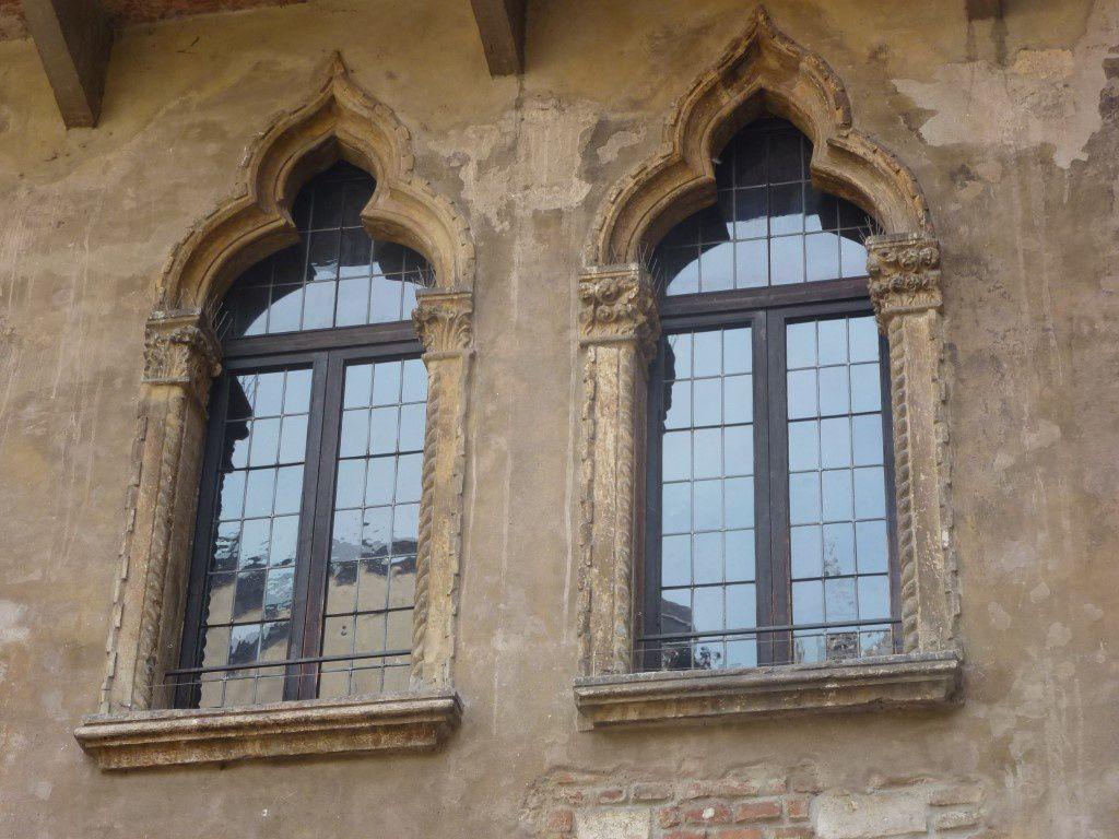 La maison de Juliette à l'arrivée dans la cour intérieure, vue de bas en haut.