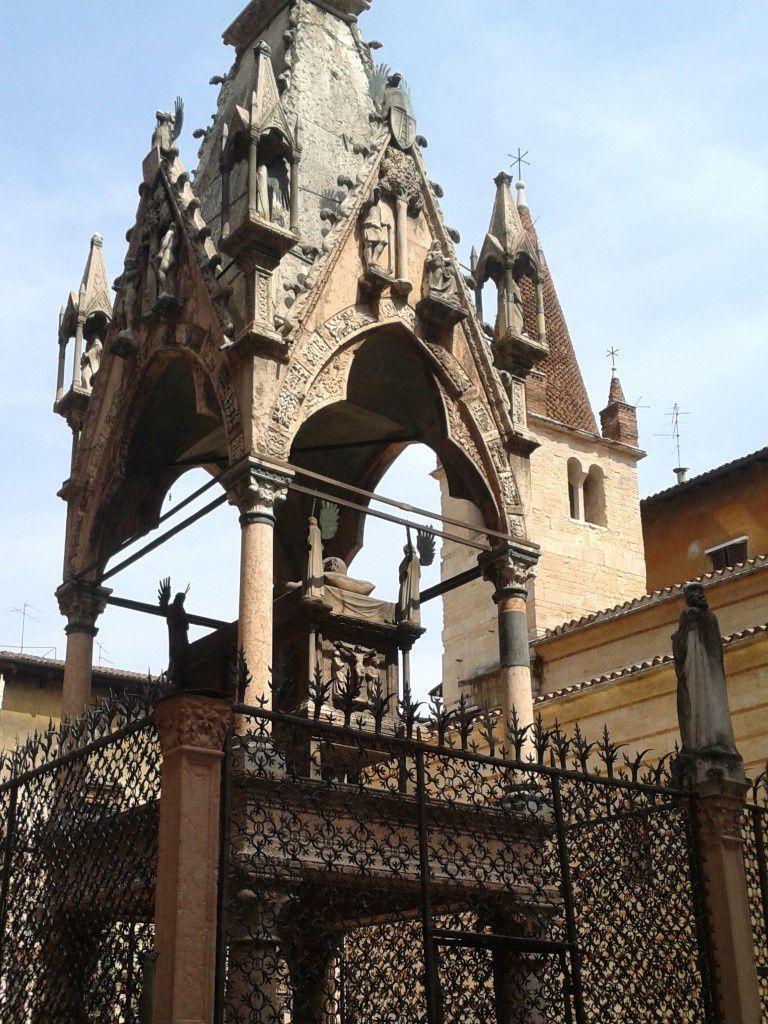 Les tombeaux et leurs décorations sculpturales