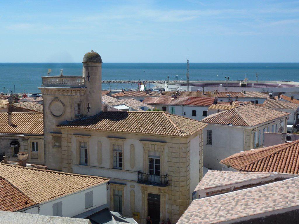 Le Musée Baroncelli, les arènes et le port de plaisance au loin...