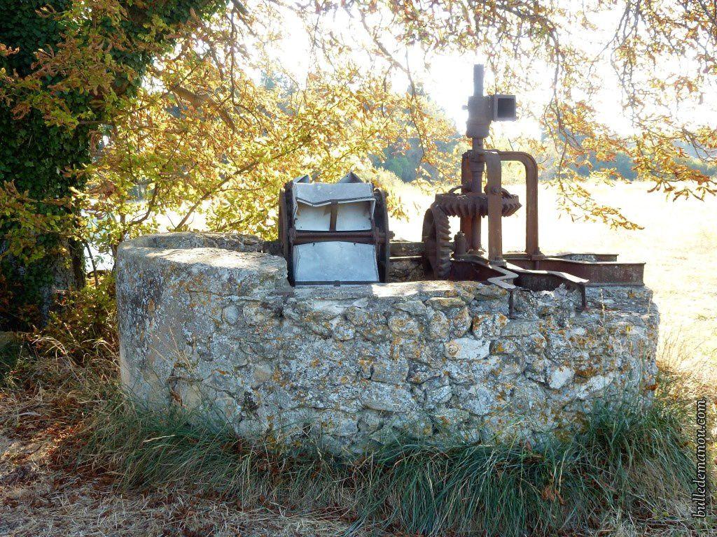 La noria du camp d'Eyguières à Lambesc (vue d'ensemble du puits)