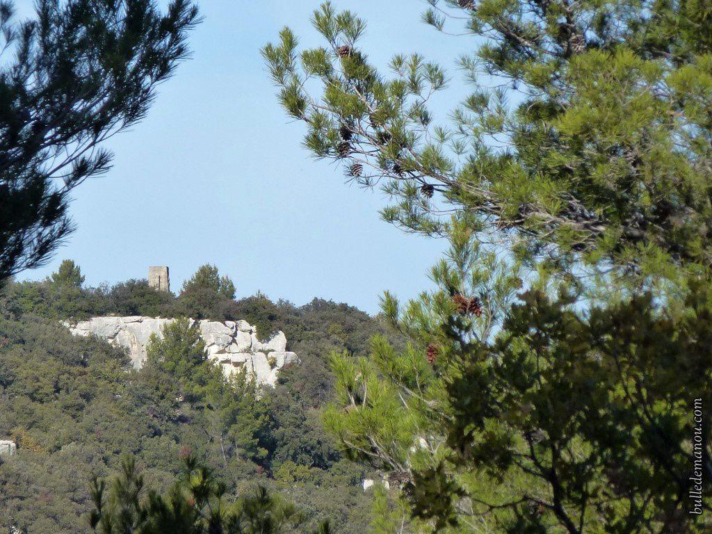 Le monument se voit dès qu'on accède à la petite route pour monter sur le plateau...