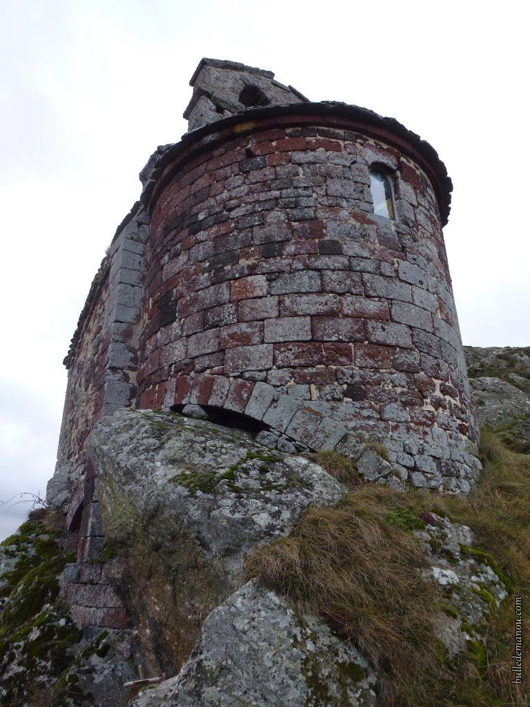 La chapelle...et son clocher à peigne (les photos avec le ciel bleu ont été prises l'été dernier)