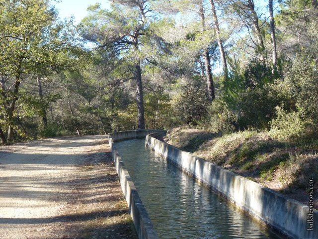 L'ancien canal du Verdon (près du village de Rognes) et son chemin de garde