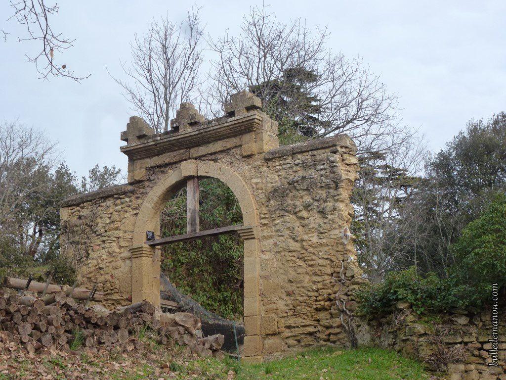 Le porche d'entrée de l'ancien château de Caire
