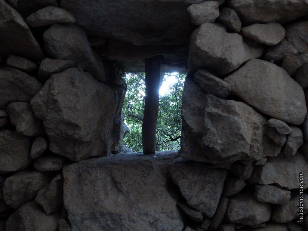 La fenêtre et le toit effondré qui laisse entrevoir la paroi rocheuse
