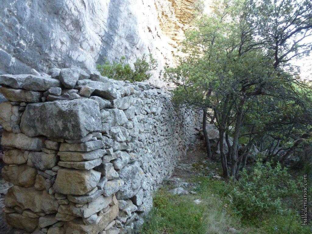 Une bergerie rupestre sous la crête de Saint-Pons / Balade en Provence dans le Luberon