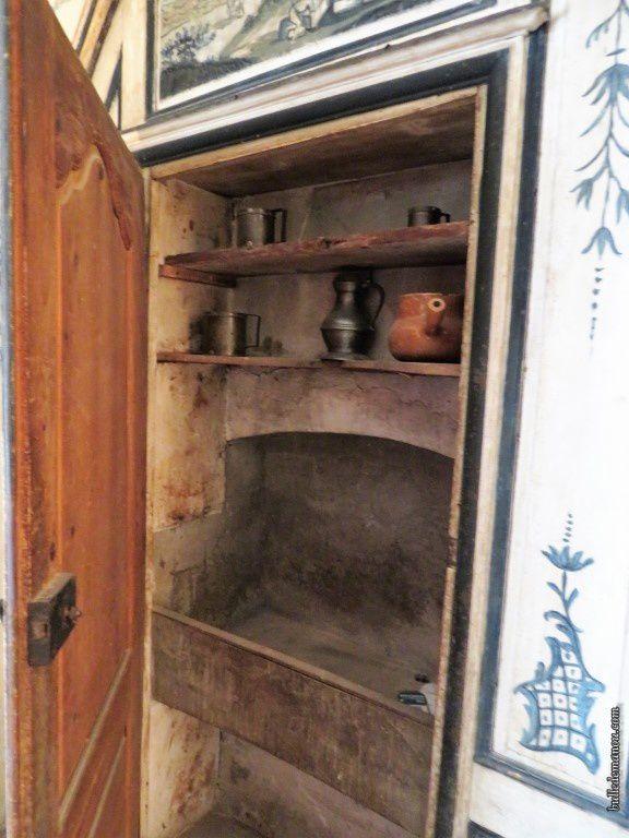 Un des placards, présentant une pile (un évier) et des étagères...