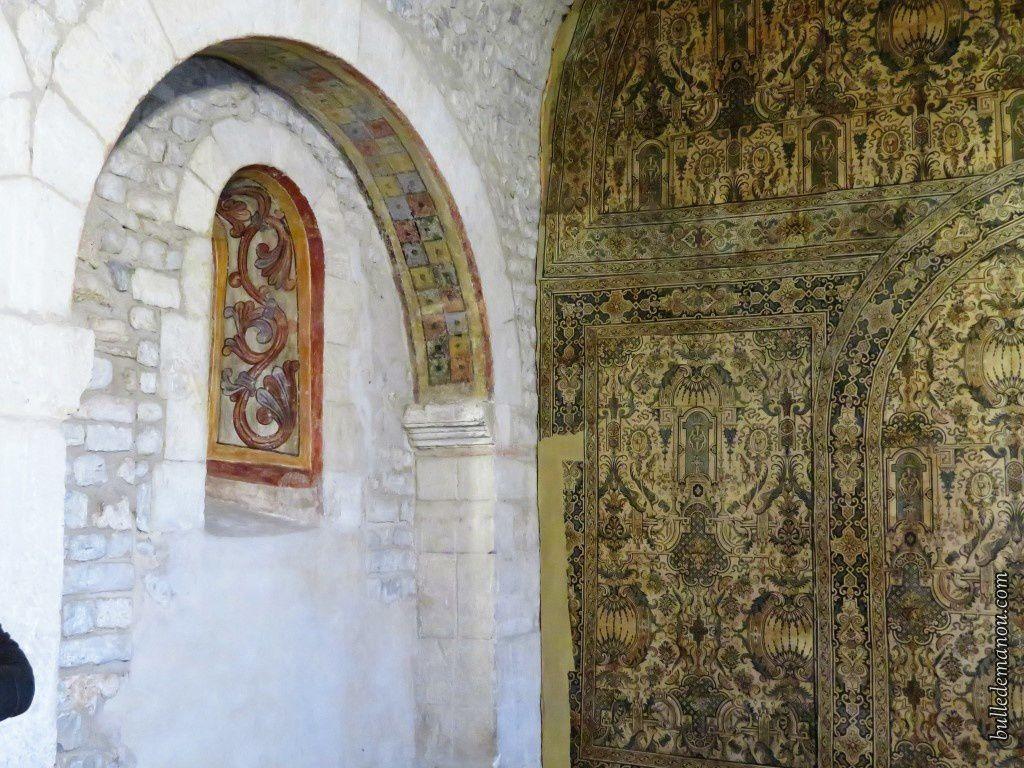 Le mur recouvert de papier peint.