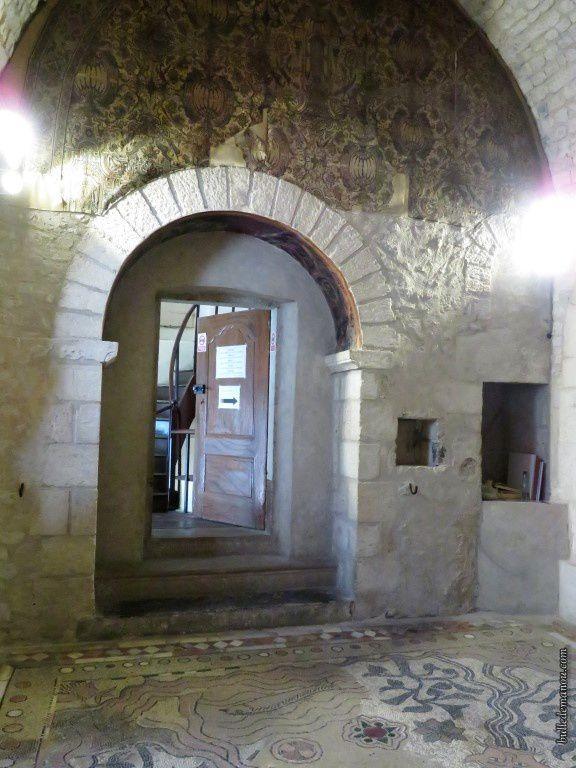 Le papier peint au-dessus de la porte d'entrée actuelle...On voit à droite l'ancien accès aux remparts.