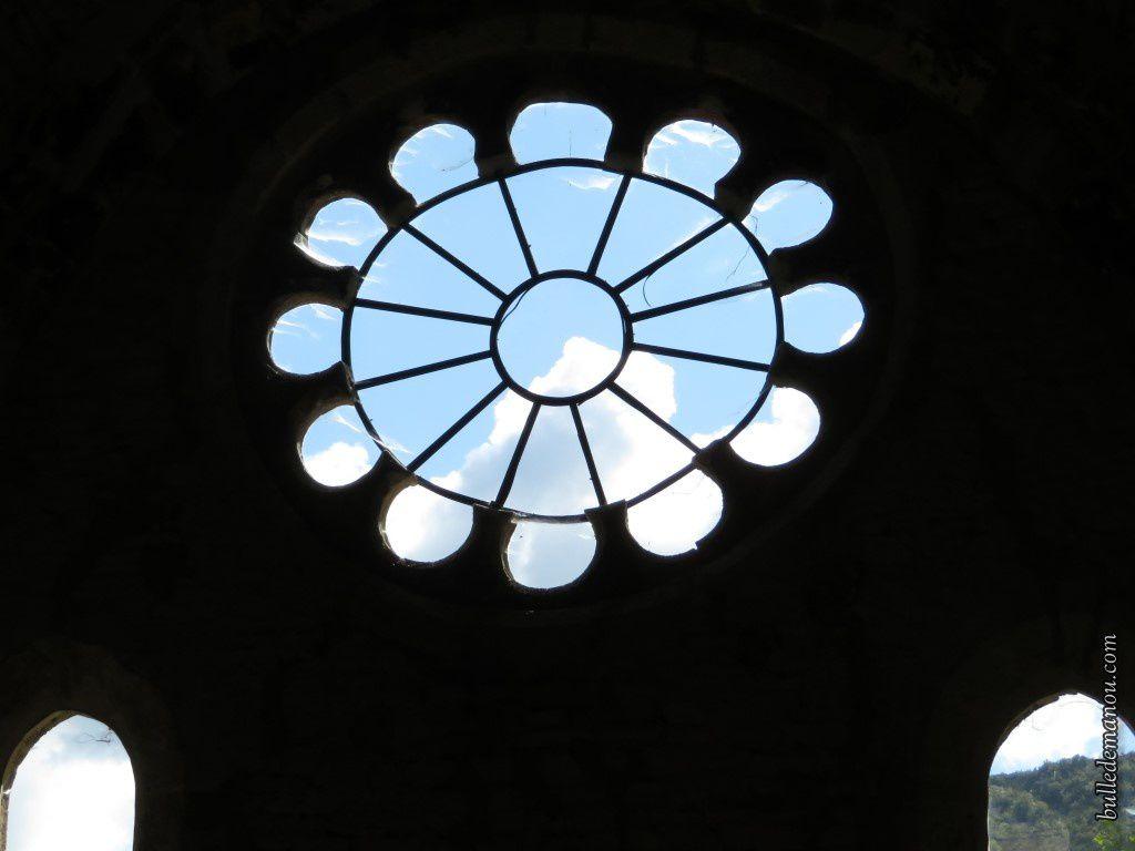 La rosace et les fenêtres qui éclairent le réfectoire des moines