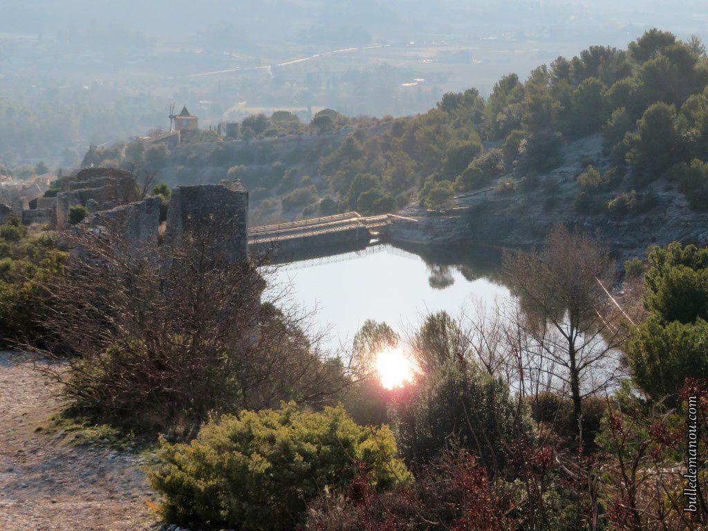 Le barrage en contrebas et à contre-jour ! Il faudrait y retourner un matin :)