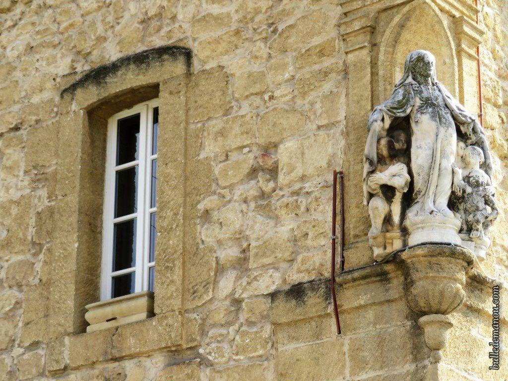 La statue de Notre-Dame de la Miséricorde (entourée de fils électriques !)