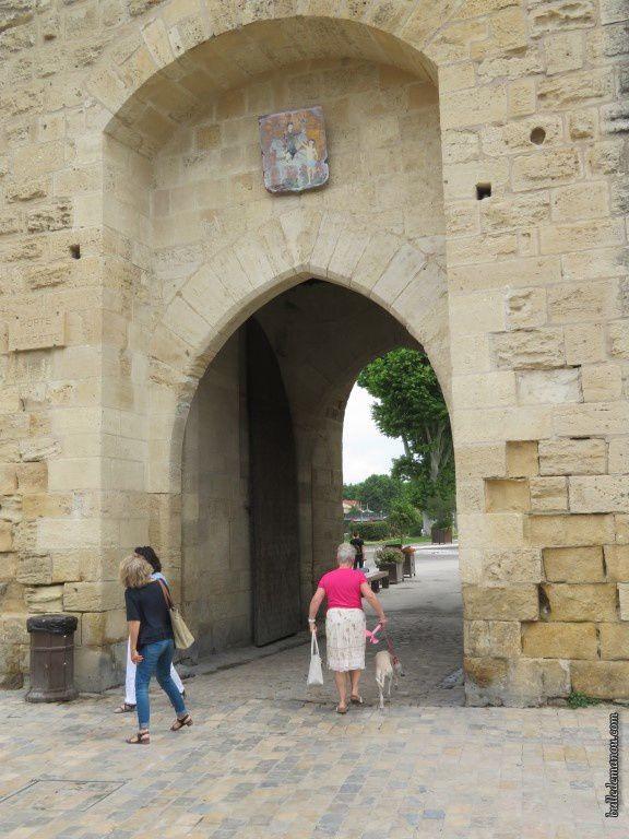 Une des portes des remparts permettant l'accès à la vieille ville surmonté du blason.