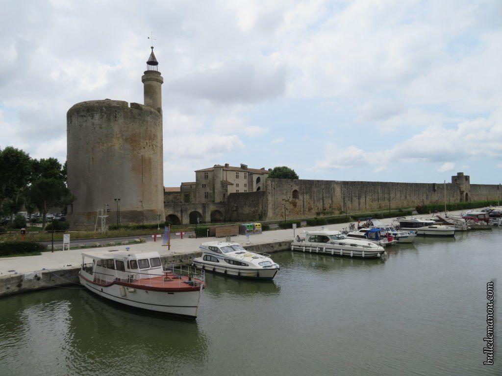 Les remparts et la Tour Constance, vus du côté du canal