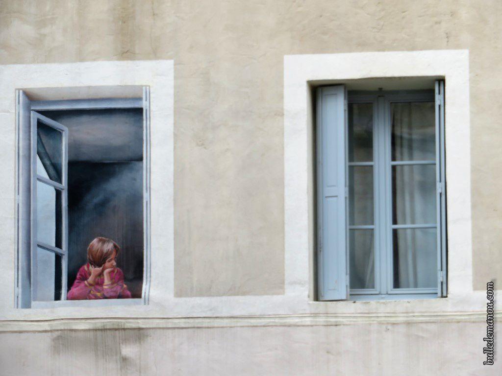 Le détails des fausses et vraies fenêtres de haut en bas