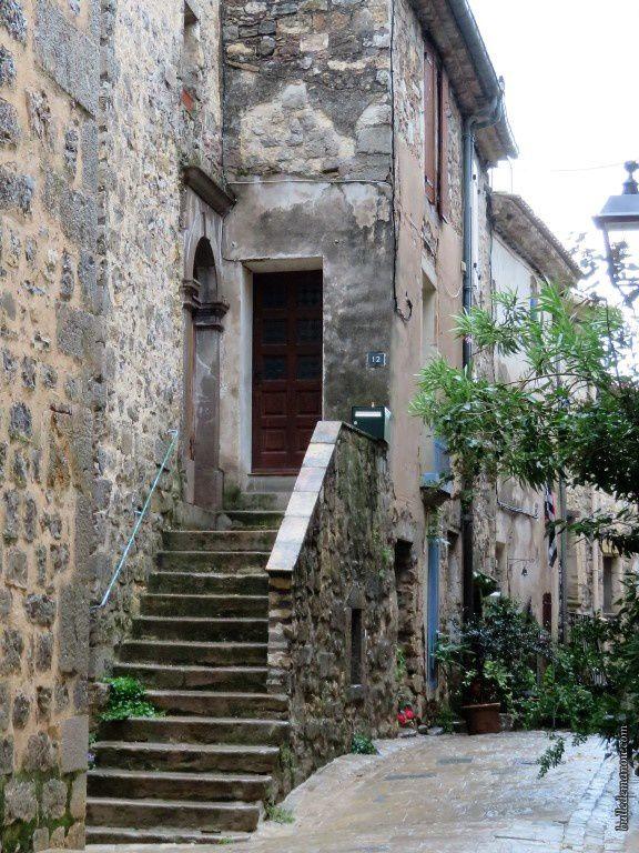 Certaines maisons sont accessibles par des escaliers