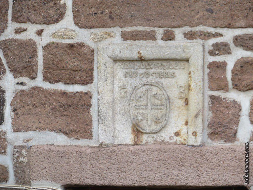 Le blason et la devise gravés au dessus de la porte de la tour...