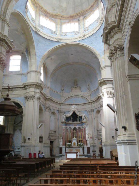 L'intérieur de l'église Notre-Dame-de-l'Assomption de Lambesc