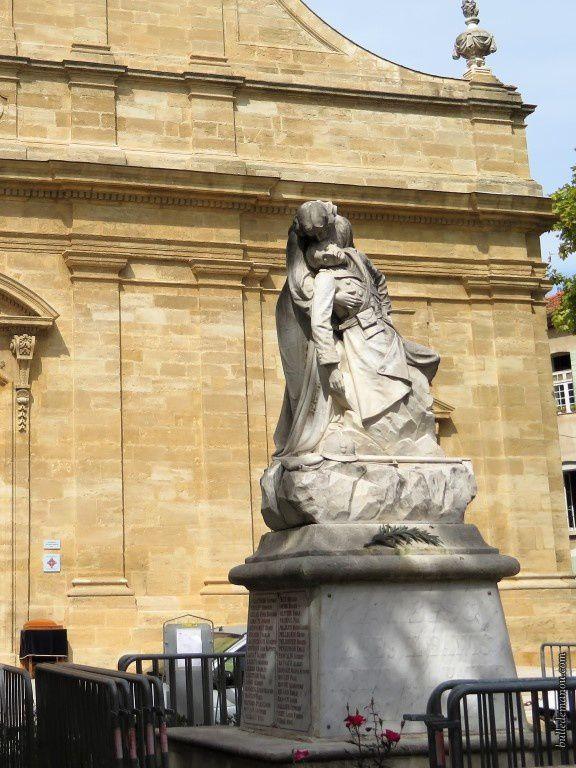 La sculpture du monument aux morts sur la place des poilus, face à l'église