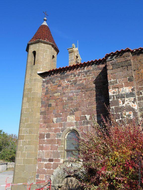 La tourelle côté sud (on voit bien la différence de couleur des pierres)