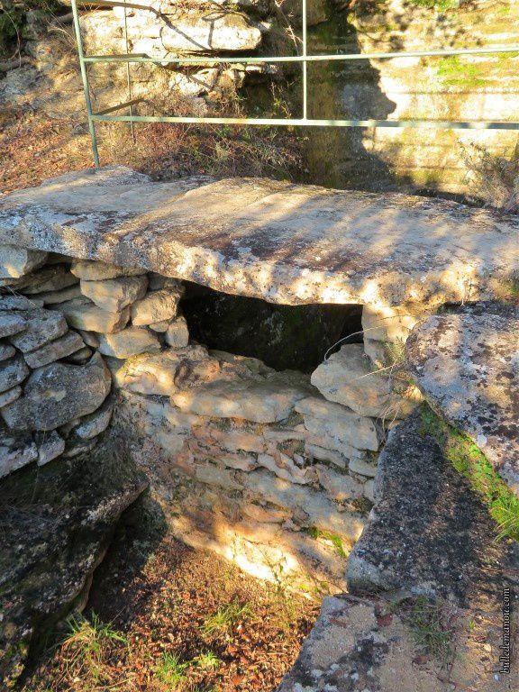 Puits situé sur le plateau près du moulin et citerne creusée dans le rocher...
