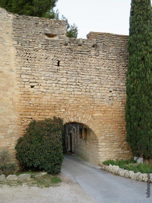 Porte médiévale dans les remparts du premier castrum