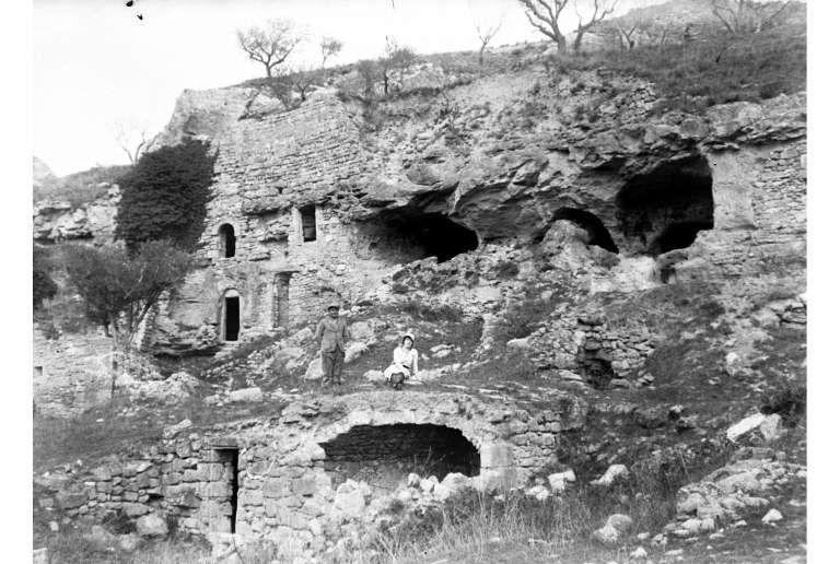 Une maison troglodyte près de Rognes en 1931