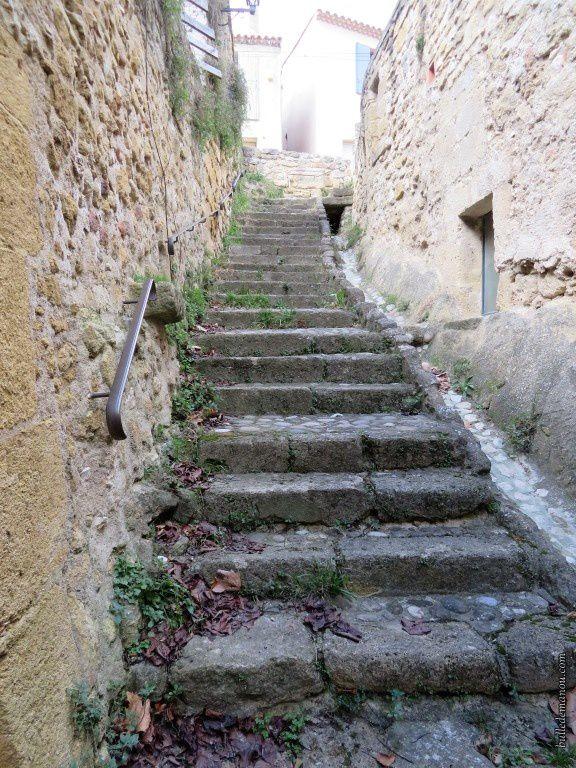 Ce qui reste du château-bas et la traverse qui le partageait en deux