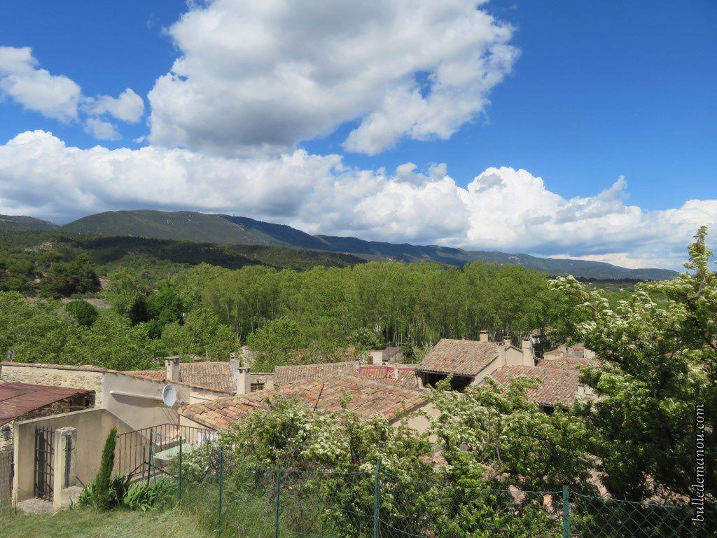 Le Grand Luberon au nord et au loin vers le sud, la Sainte Victoire