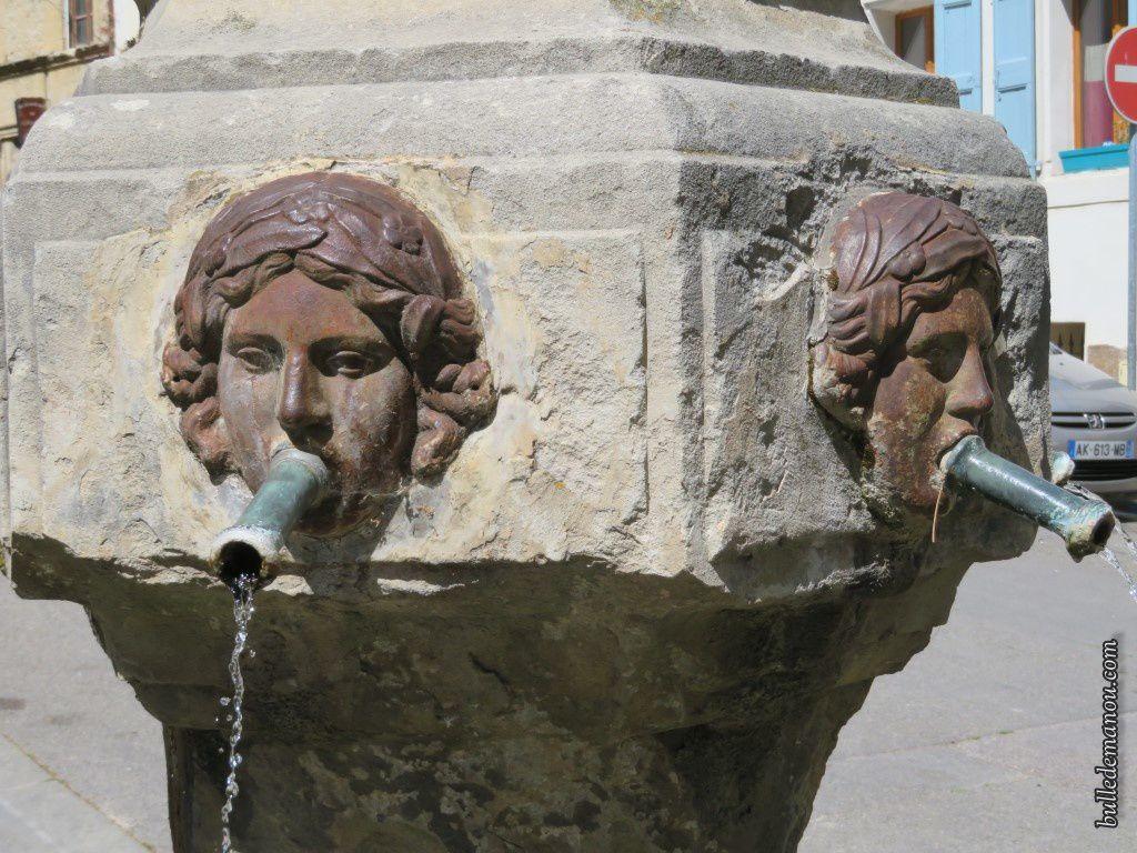 La fontaine située à côté de la tour de l'horloge