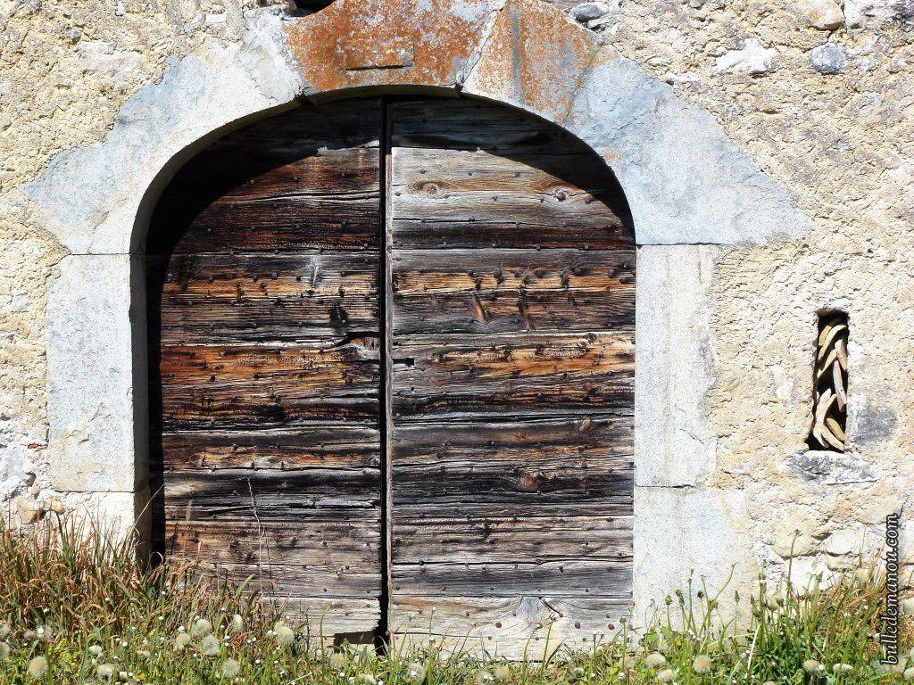 Quelques portes : leurs linteaux et leurs jambages