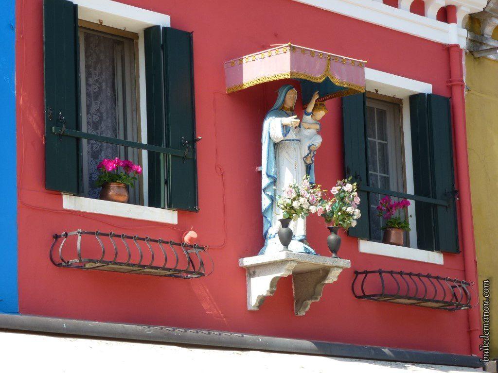 Uns statue protégeant les propriétaires de la maison