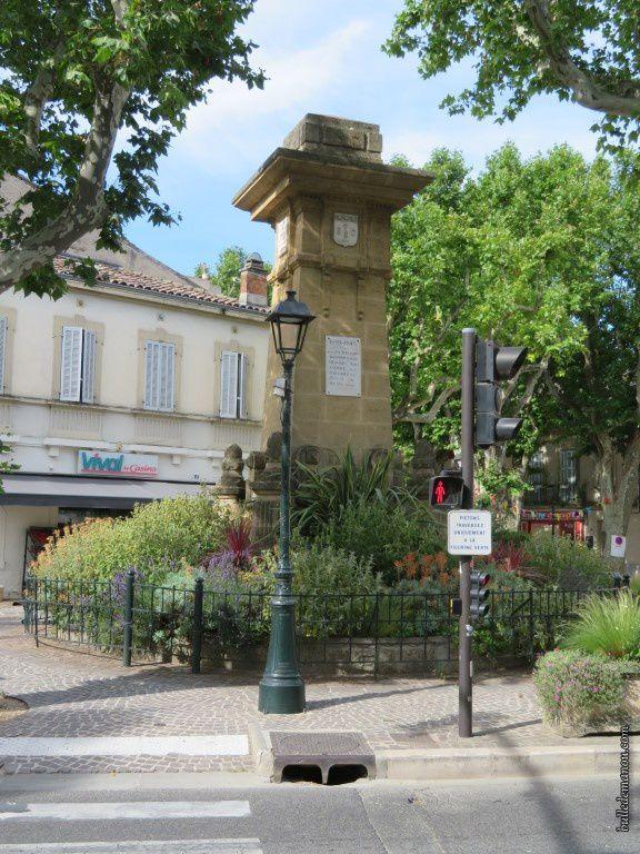 La mairie et les maisons qui bordent la rue principale (ex-nationale 7)