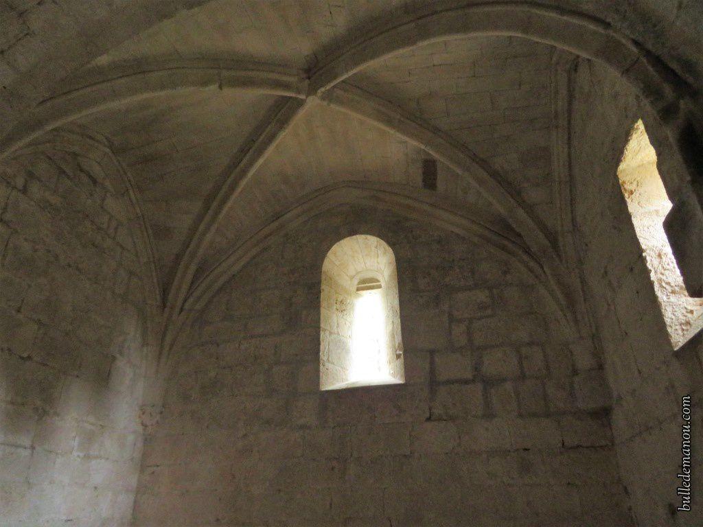 La chapelle latérale nord rénovée récemment par le village de La Roque