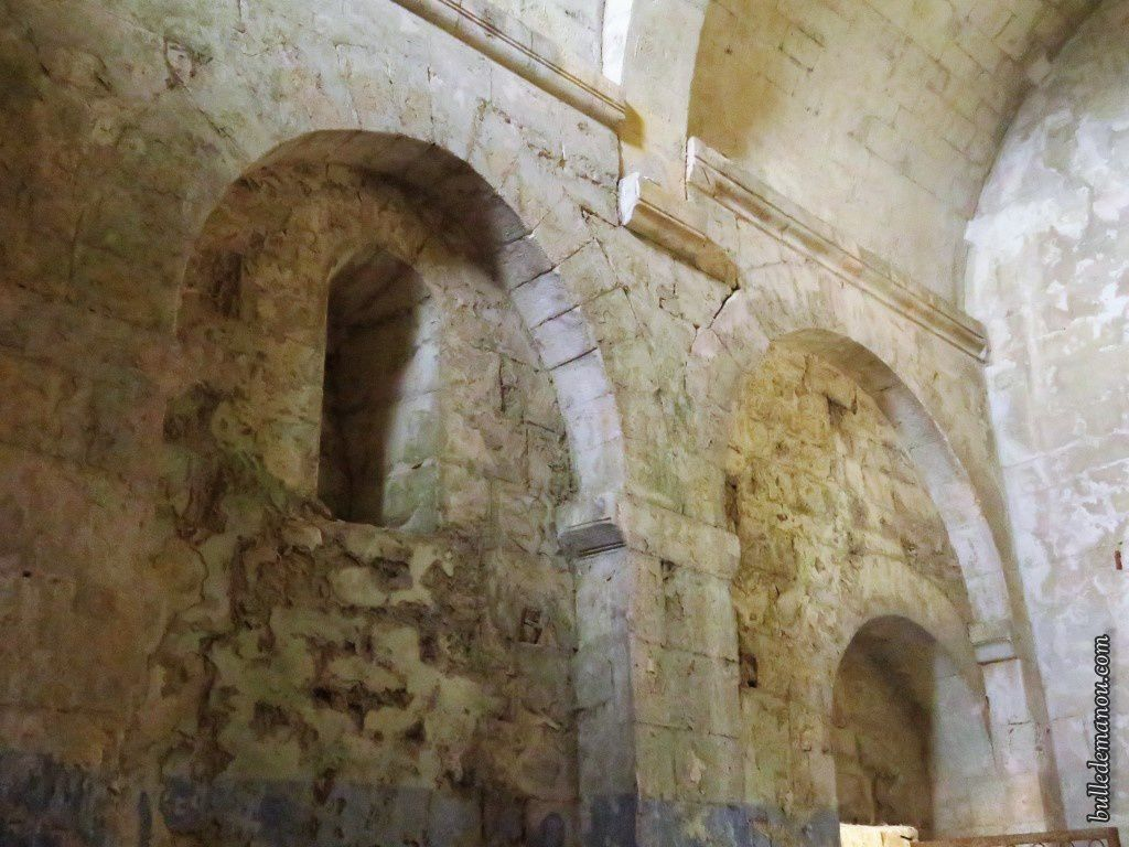 Les parois intérieures de la nef sont très altérées