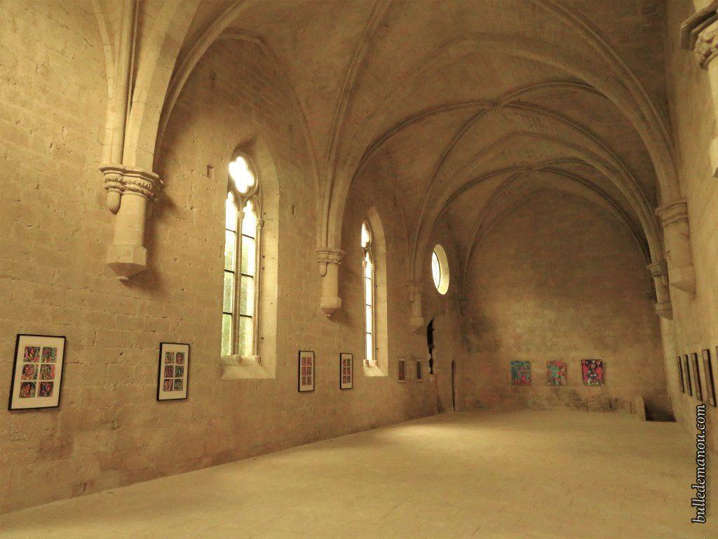 Le réfectoire, autre vue montrant dans le mur, au fond à gauche, la chaire du lecteur
