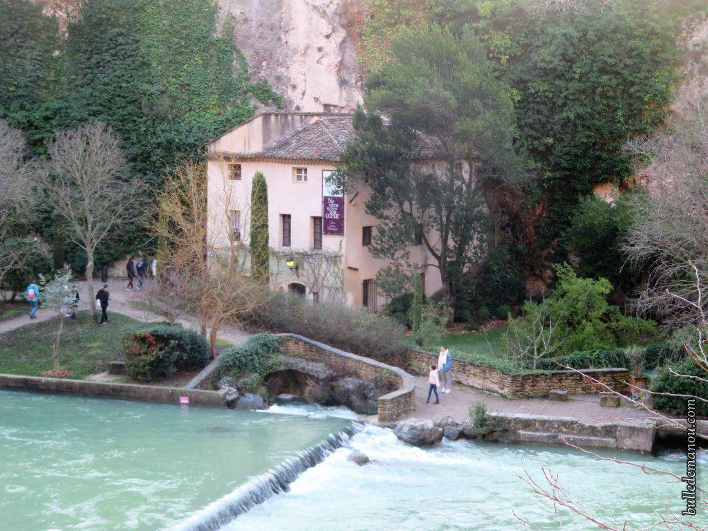 Le musée côté village et côté rivière