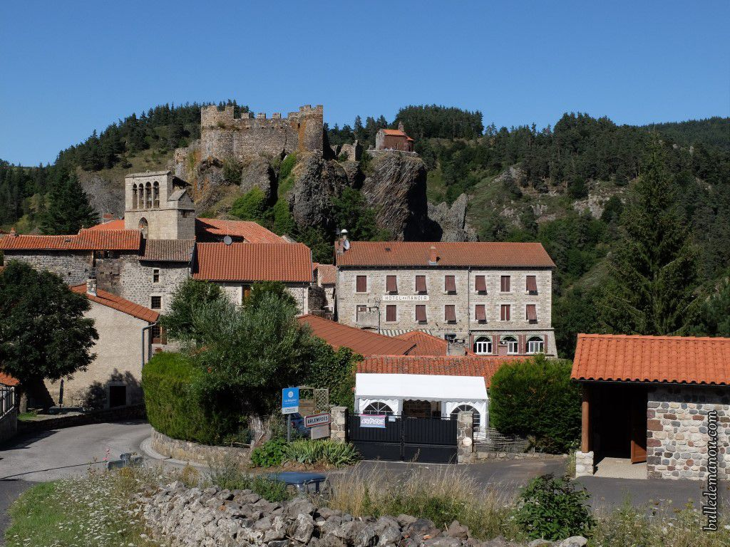 Vues du château qui domine le village