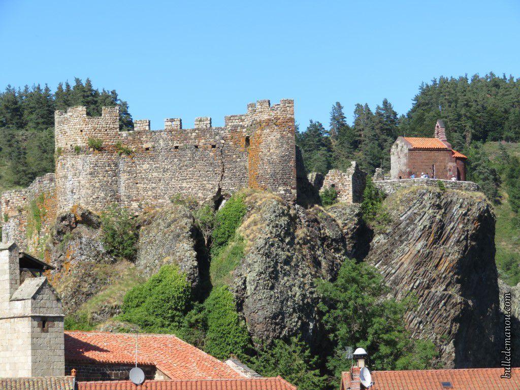 Le château et la chapelle castrale, vus du village